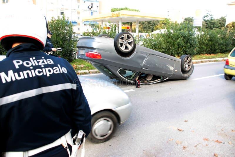 Véhicule d'accidents retourné au milieu de la route photos libres de droits