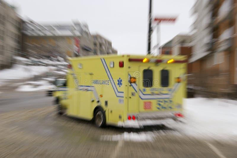 Véhicule d'ambulance dans l'action photographie stock