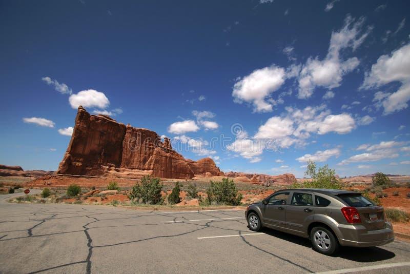 Véhicule dans le désert, voûtes stationnement national, Utah image libre de droits