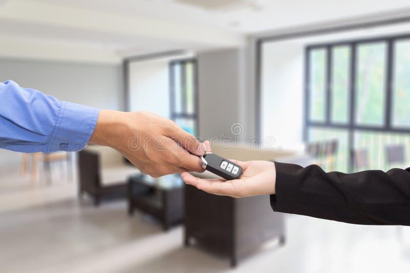 véhicule de achat Homme d'affaires donnant une voiture principale à la femme d'affaires photographie stock