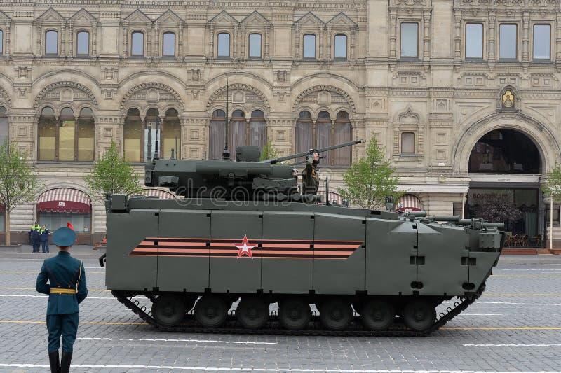 """Véhicule de combat d'infanterie """"Kurganets-25 """"au défilé en l'honneur du soixante-quatorzième anniversaire de la victoire dans la image stock"""