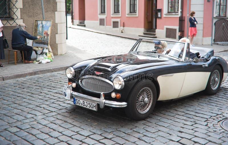 Véhicule de cru dans la rue du vieux centre de Riga images stock