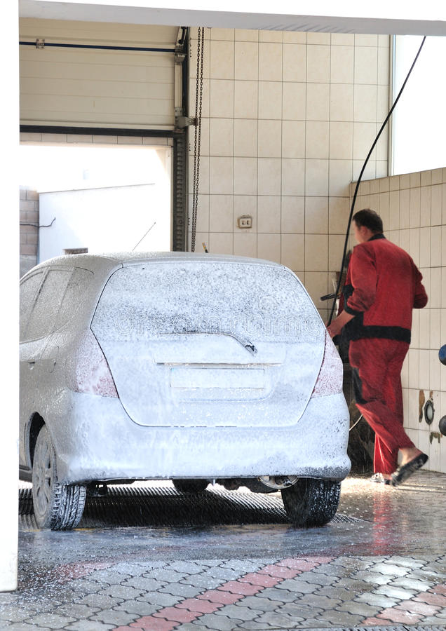 Véhicule de lavage de Washerman au service de lave-auto images libres de droits