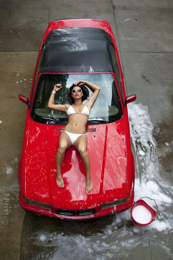 Véhicule de lavage modèle de Brunette photographie stock libre de droits