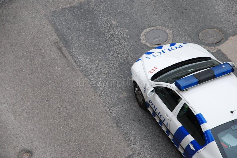 Véhicule de patrouille de police sur la route photo stock