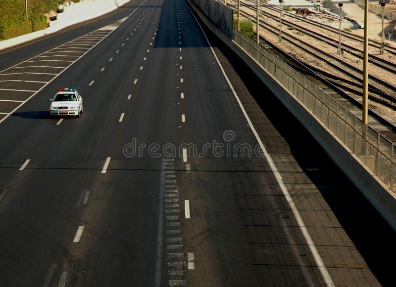 Véhicule de police sur la route vide image stock