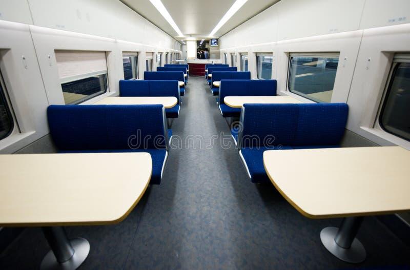 Véhicule dinant vide sur le train image libre de droits