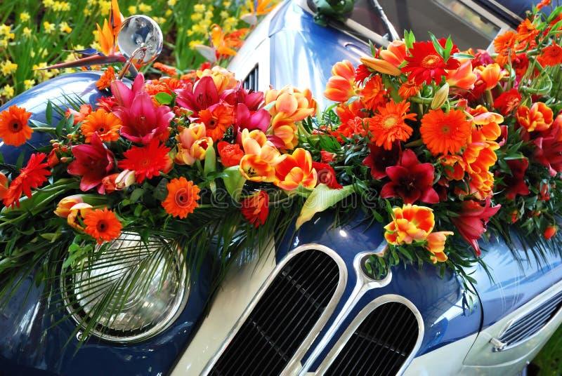 Véhicule et fleurs historiques photo libre de droits