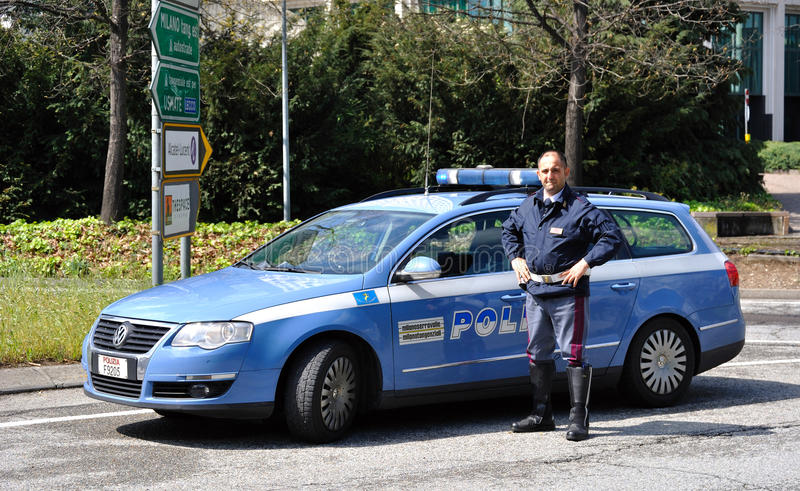 Véhicule et policier de police italiens image stock