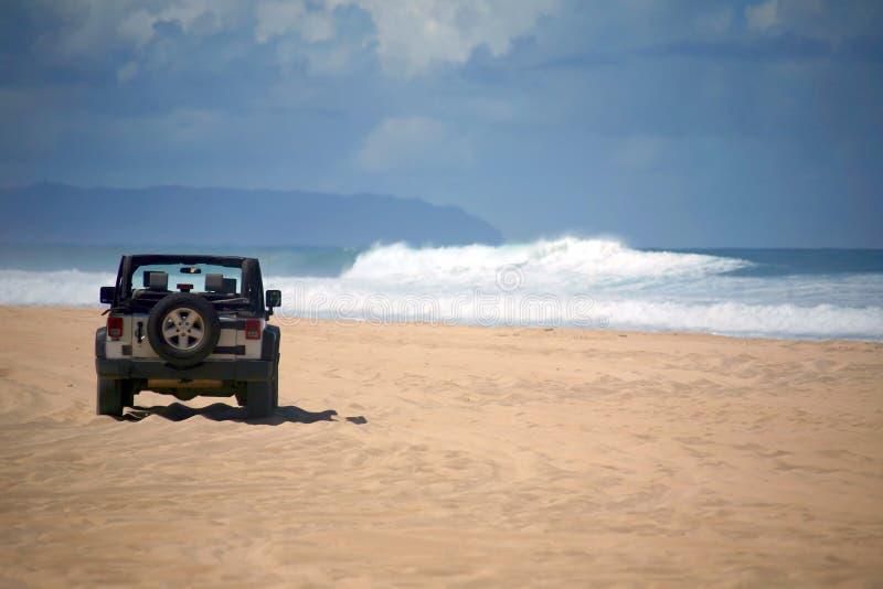 véhicule lointain tous terrains d'Hawaï de plage image stock