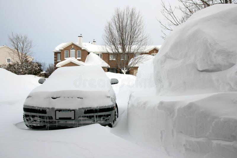 Véhicule près de pile énorme de neige photos stock