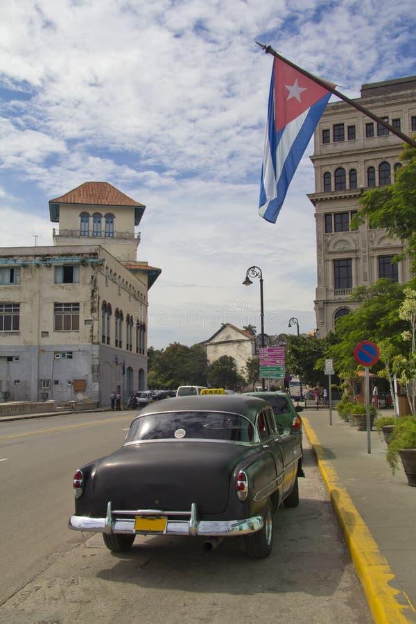 Véhicule sous l'indicateur cubain photos stock