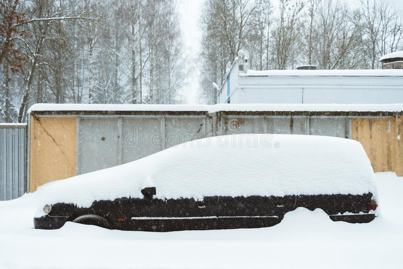 Véhicule sous la neige images libres de droits