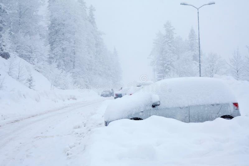 Véhicule sous la neige image stock