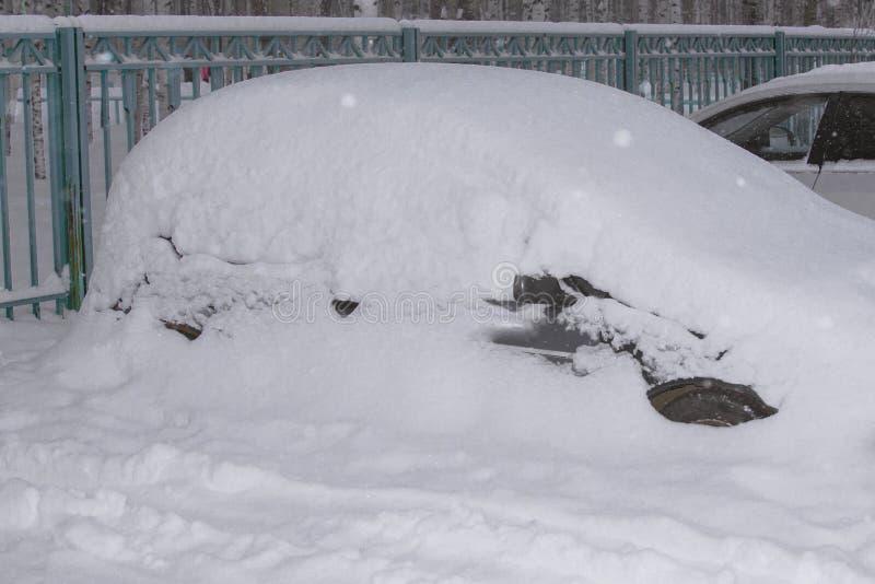 Véhicule sous la neige en hiver images libres de droits