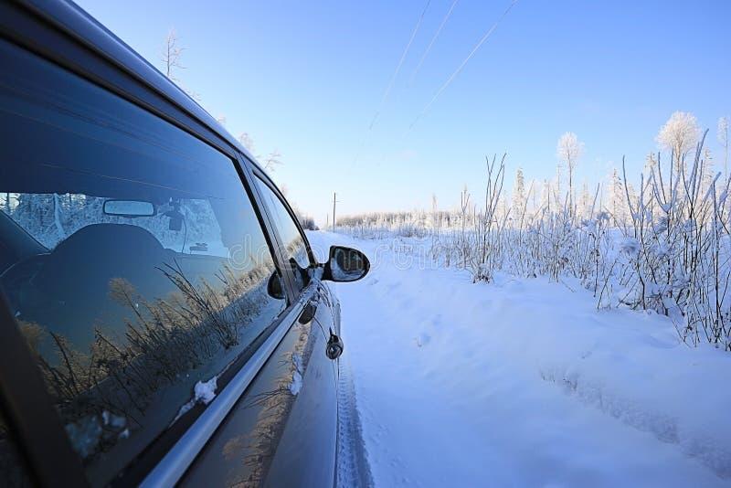 Véhicule sur la route de l'hiver image libre de droits