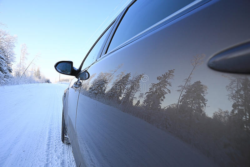 Véhicule sur la route de l'hiver photos libres de droits