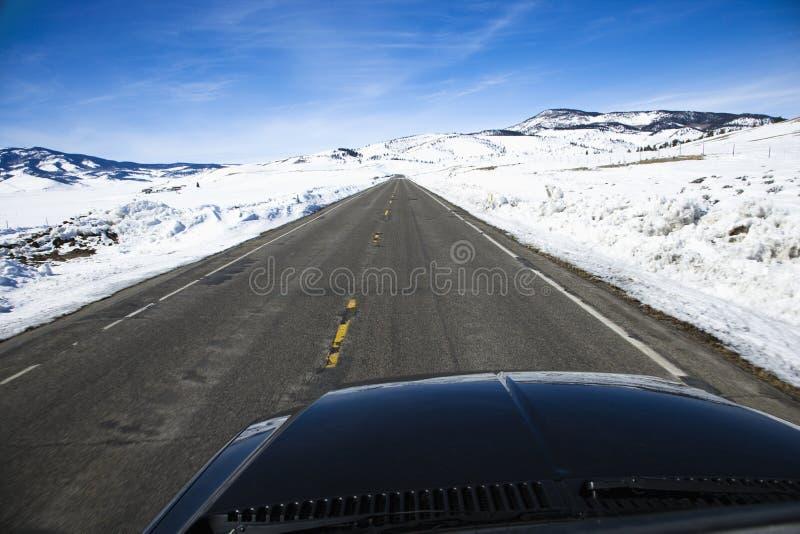 Véhicule sur la route en hiver. images stock