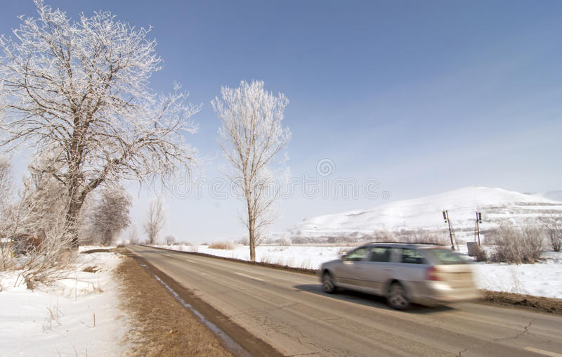 Véhicule sur la route en hiver avec la neige photographie stock