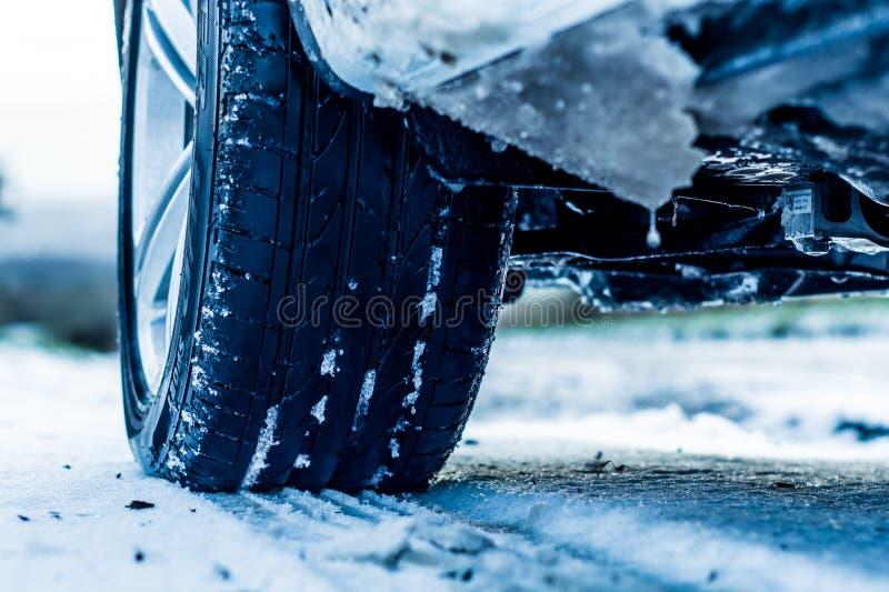 Véhicule sur une route de l'hiver photos stock