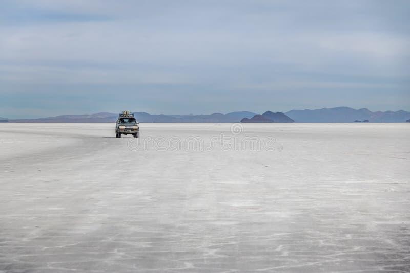 Véhicule tous terrains en sel de Salar de Uyuni plat - département de Potosi, Bolivie image stock