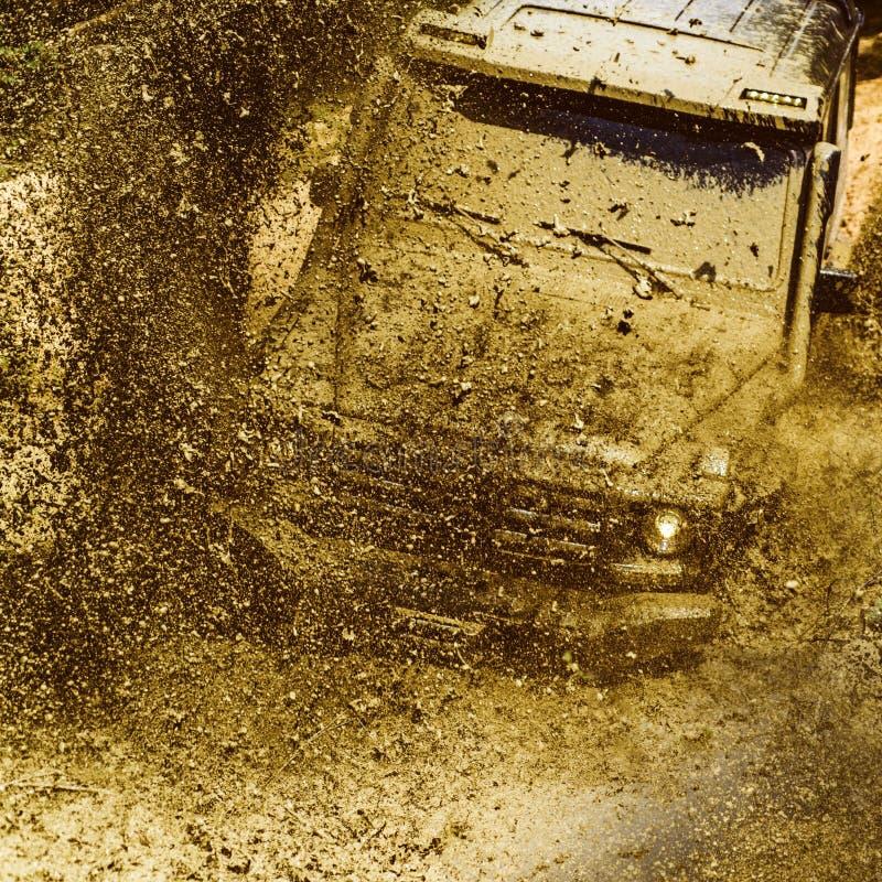 Véhicule tous terrains sortant d'un risque de trou de boue Suv de safari Voyage tous terrains sur la route de montagne Voies sur  image stock