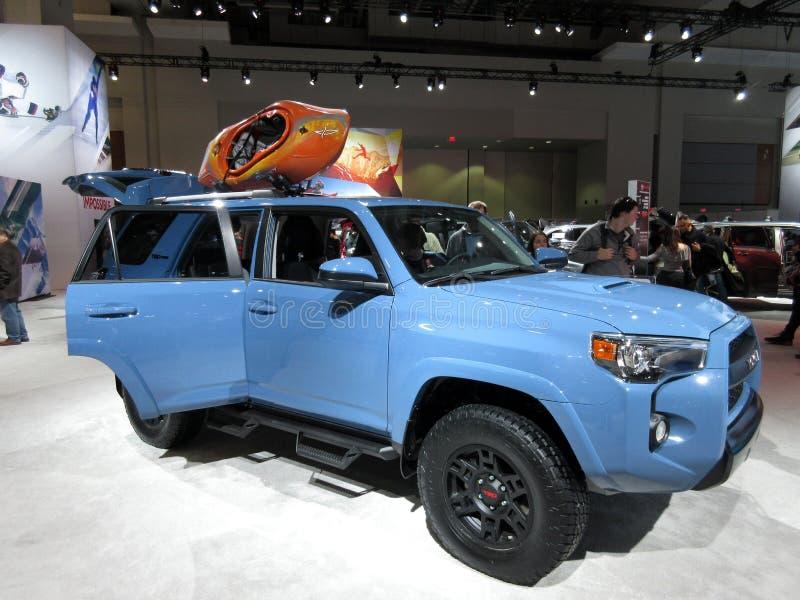 Véhicule utilitaire sportif bleu de Toyota photographie stock