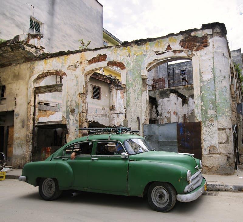 Véhicule vert sur la rue érodée de la Havane, Cuba image stock