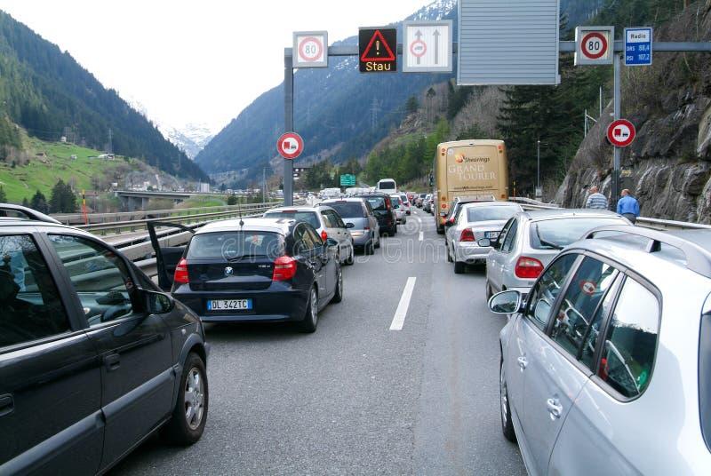 Véhicules attendant sur le point d'avoir entrer dans le tunnel de Gotthard images libres de droits