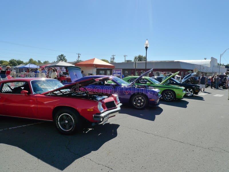 Véhicules colorés alignés au salon automobile photo stock