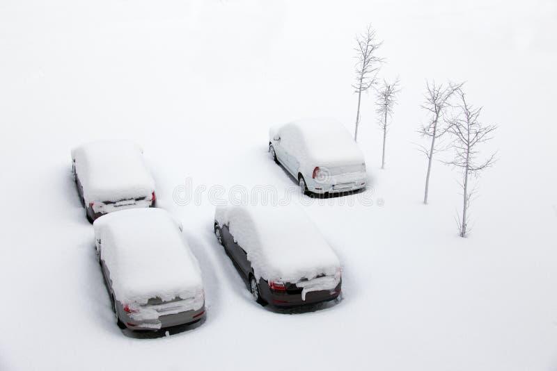 Véhicules couverts de neige photographie stock libre de droits