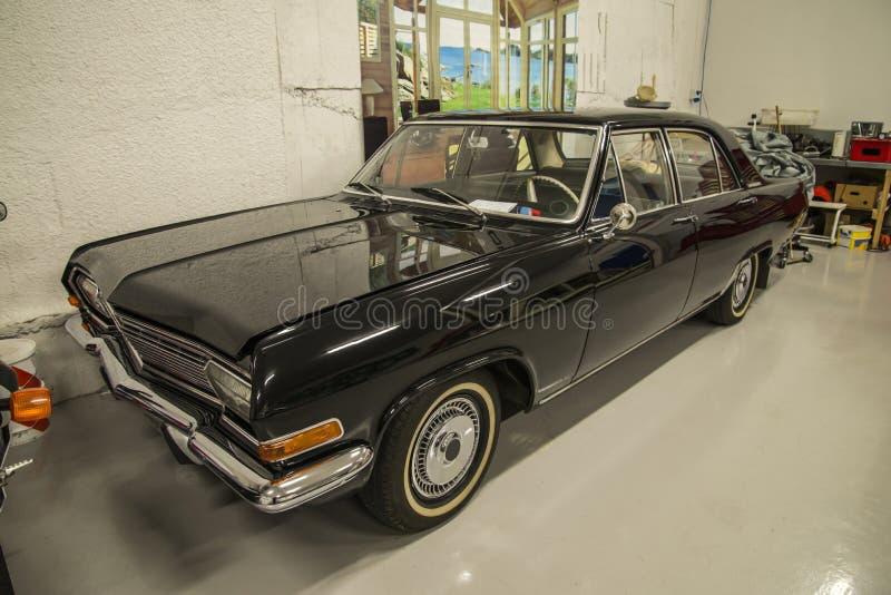 V hicules dans un garage kaptein 1965 d 39 opel image stock for Investir dans un garage automobile