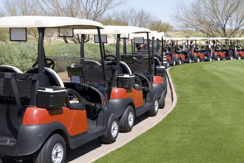 Véhicules de golf au terrain de golf de désert de l'Arizona photos libres de droits