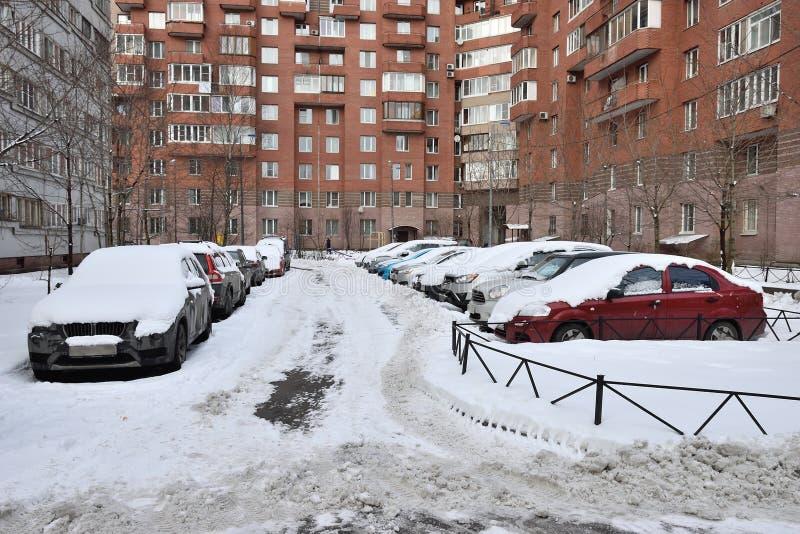 Véhicules Snow-covered dans le parking images libres de droits