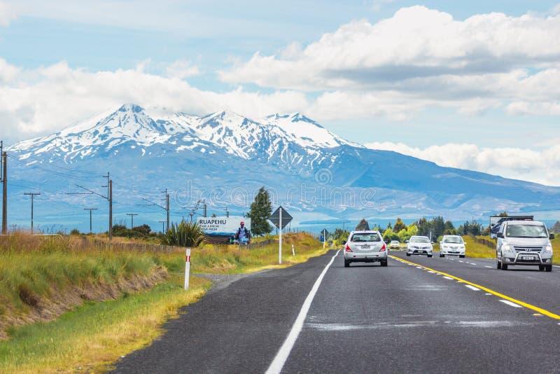 Véhicules voyageant le long de la route nationale une sur l'île du nord entrant dans le secteur de Ruapehu avec la vue de la marq photo stock