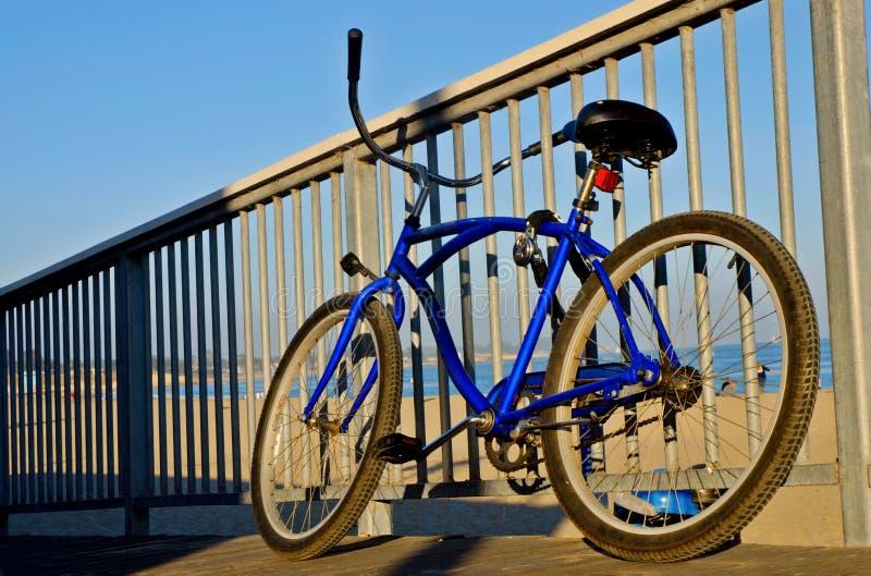 Vélo à la plage image stock