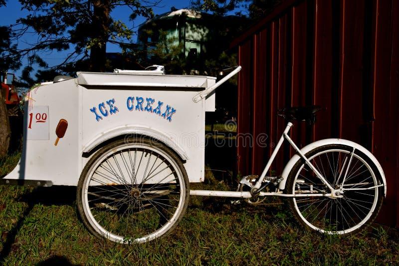 Vélo à roues par trois utilisé comme véhicule de ventes de crème glacée  photographie stock
