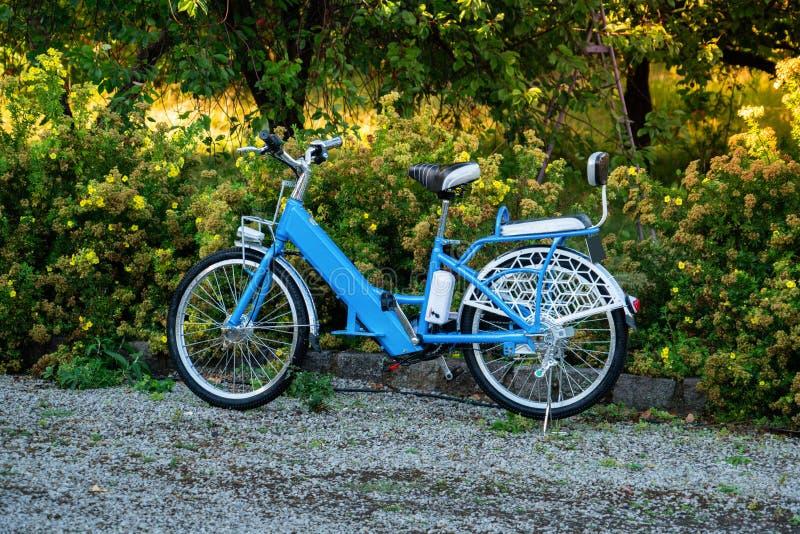 Vélo électrique en parc images stock