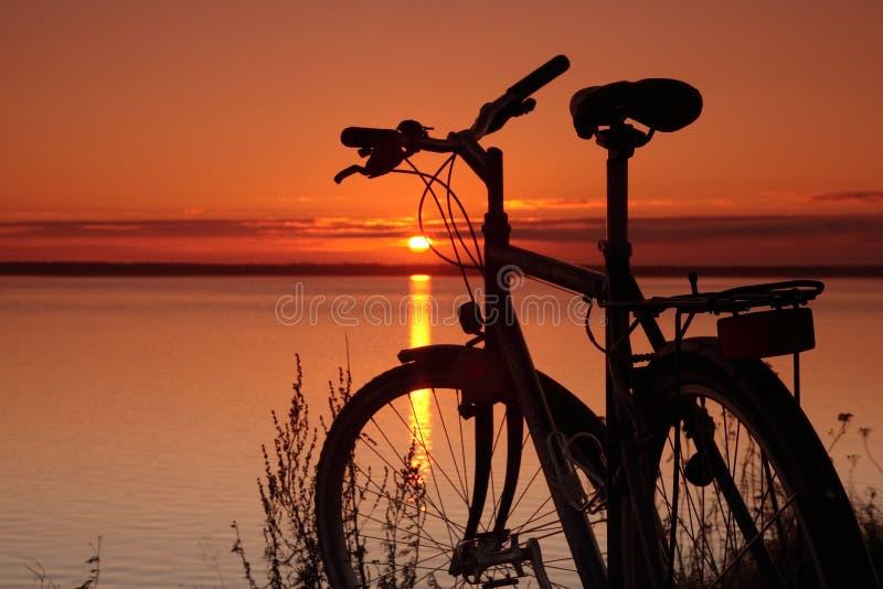 Vélo au coucher du soleil photos stock