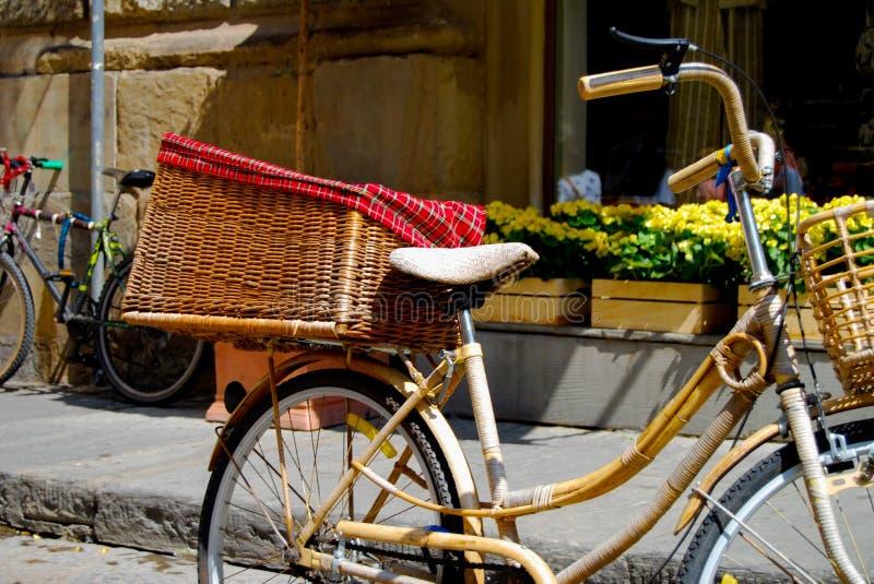 Vélo avec le panier photographie stock