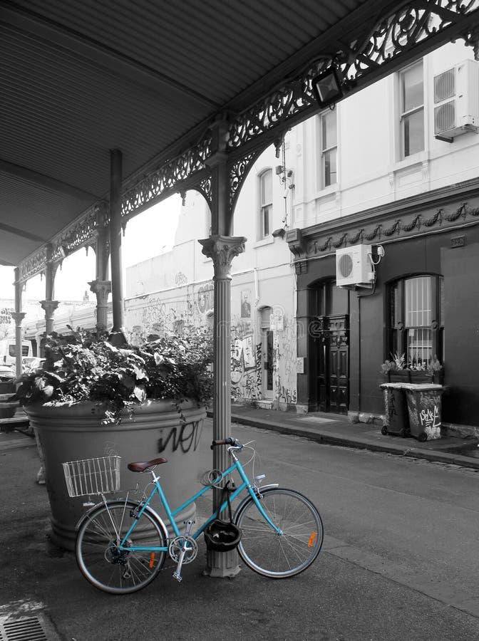 Vélo bleu sur noir et blanc image libre de droits