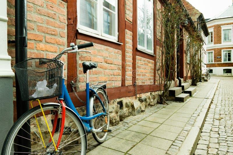 Vélo coloré se tenant contre un mur d'un vieil à colombage ho images stock