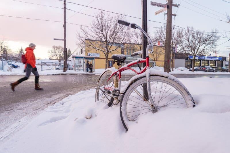 Vélo couvert dans la neige photographie stock libre de droits