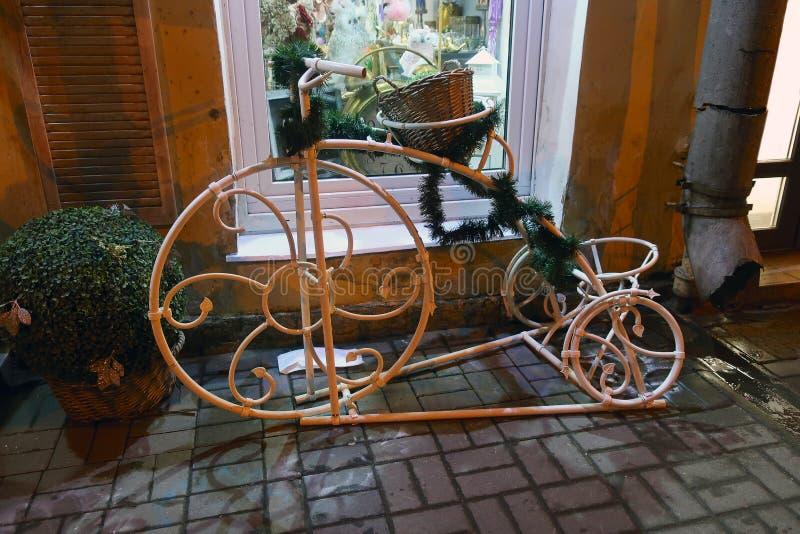 Vélo décoratif devant une fenêtre de magasin photo libre de droits