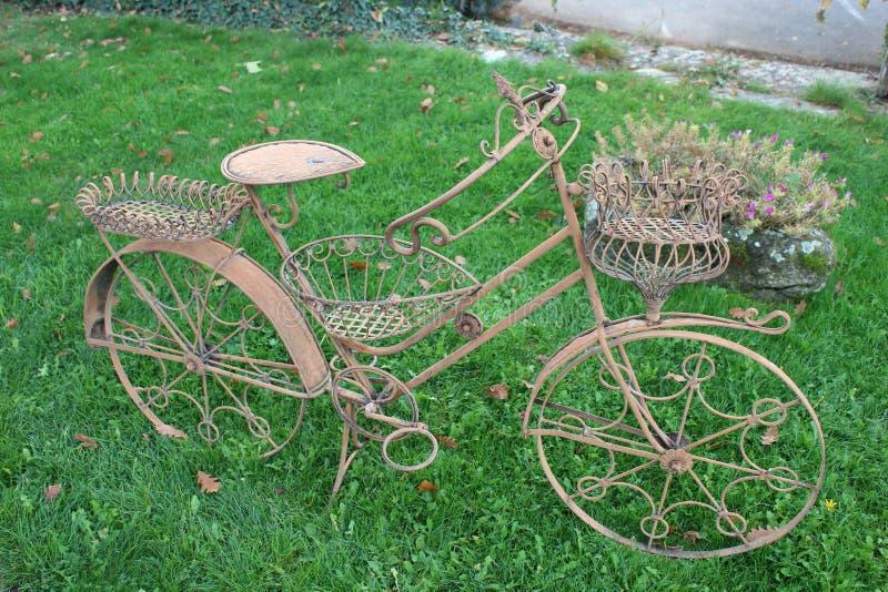 Vélo décoratif en métal en parc photo libre de droits
