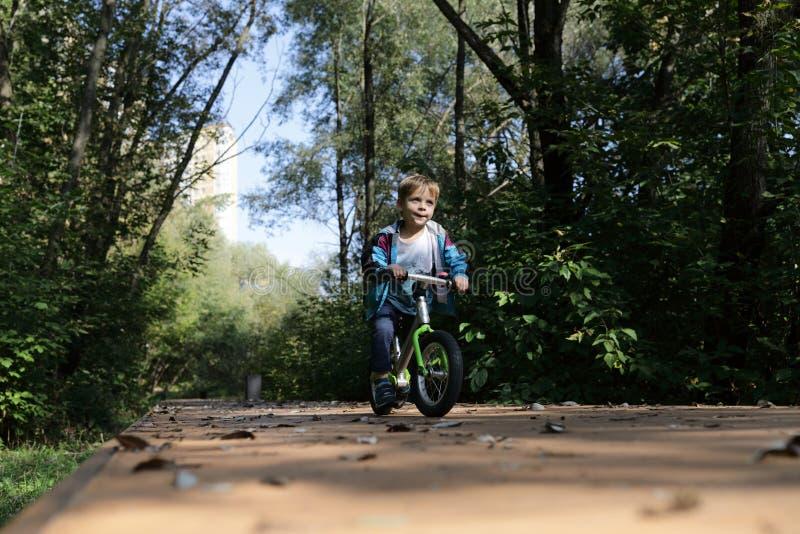 Vélo d'équilibre d'équitation d'enfant photographie stock
