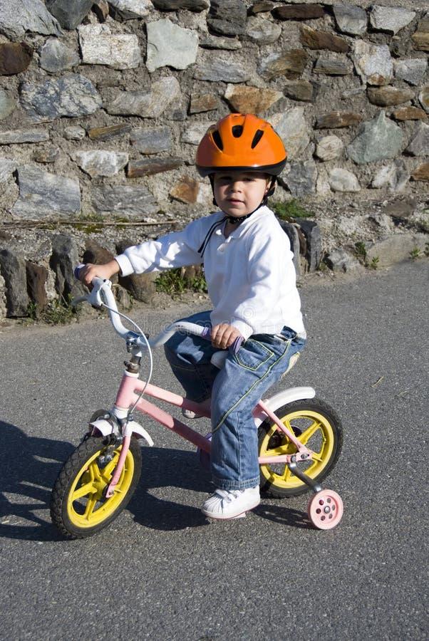 Vélo d'équitation dans un casque photographie stock libre de droits