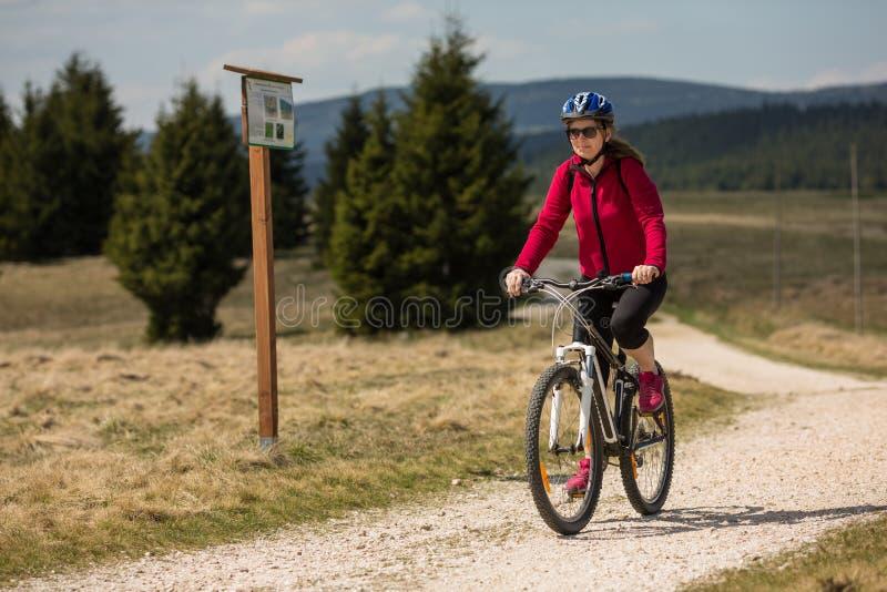 Vélo d'équitation de femme photos stock