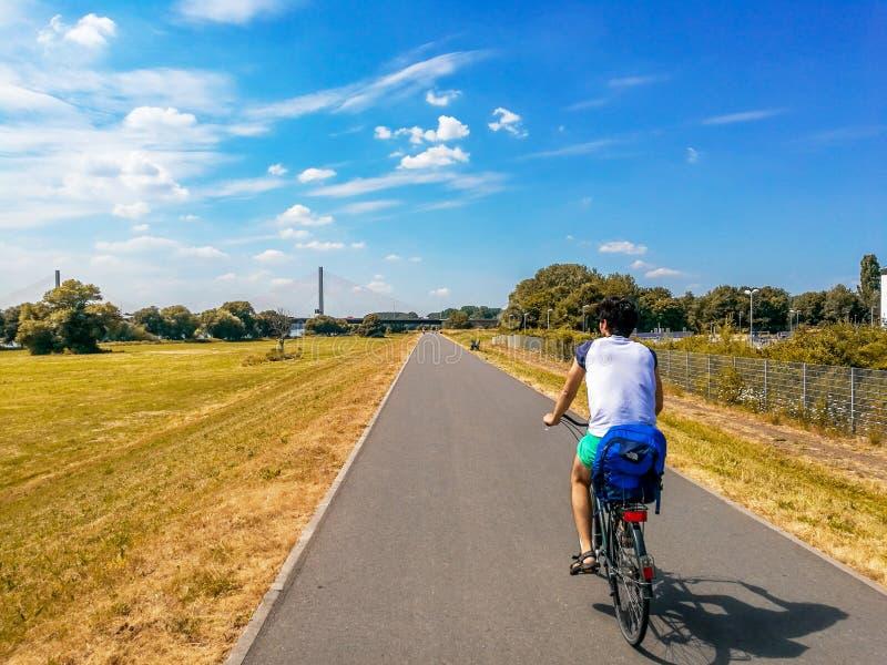 Vélo d'équitation d'homme au-dessus de ligne de bicyclette dans la fève, Allemagne image libre de droits