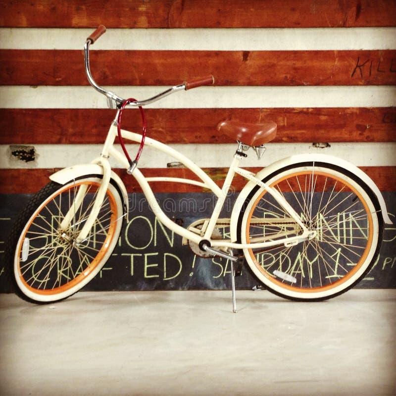 Vélo dans l'entrepôt images stock